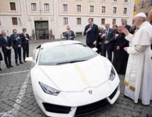 Papa Francisc a primit în dar un Lamborghini Huracán