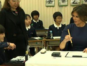 Melania Trump a exersat arta caligrafiei japoneze la o școală din Tokyo